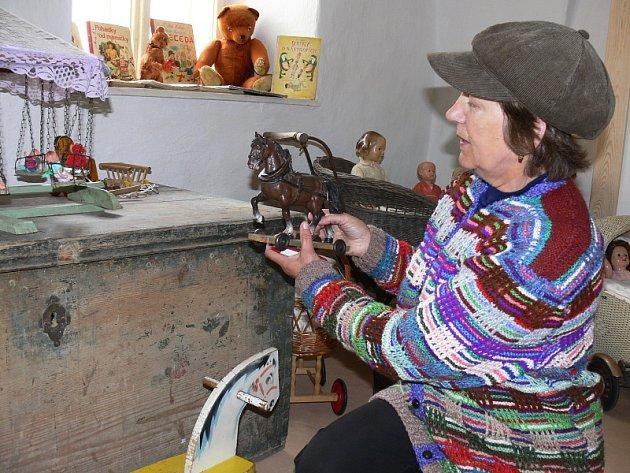 Novou výstavu starých hraček mohou obdivovat návštěvníci velešínského Kantůrkovce. Na snímku organizátorka Marie Korbelová.
