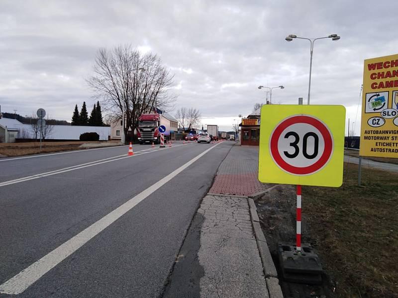 Kontroly spojené s měřením teploty v rámci opatření proti šíření koronaviru na hraničním přechodu v Dolním Dvořišti.