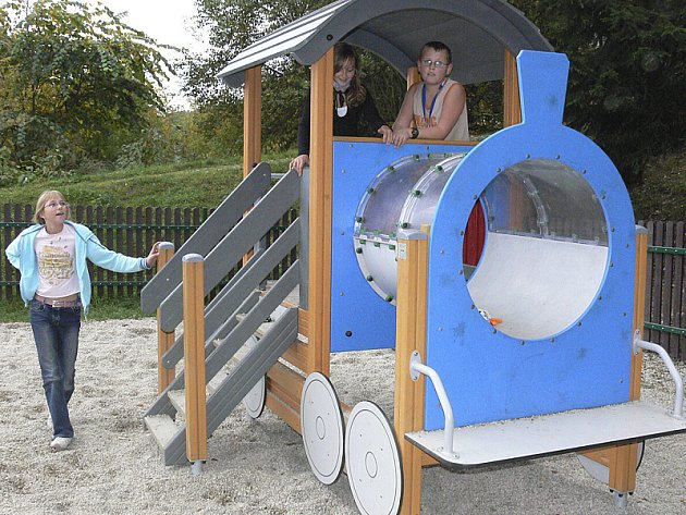Vybudovat dětské hřiště není levnou záležitostí. Všechny hrací prvky musí odpovídat tvrdým normám. V Českém Krumlově už stojí čtyři nová velká a jedno menší.