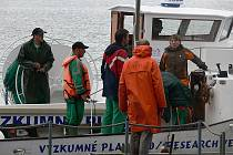 Výzkumná loď na lipenském jezeře neunikla pozornosti lidí. Průzkum složení ryb v Lipně pokračuje.