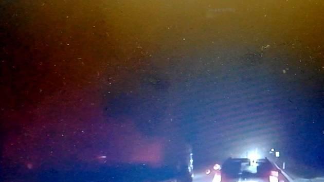 Autokamera zachytila nebezpečné předjíždění kamionu u obce Krasejovka.
