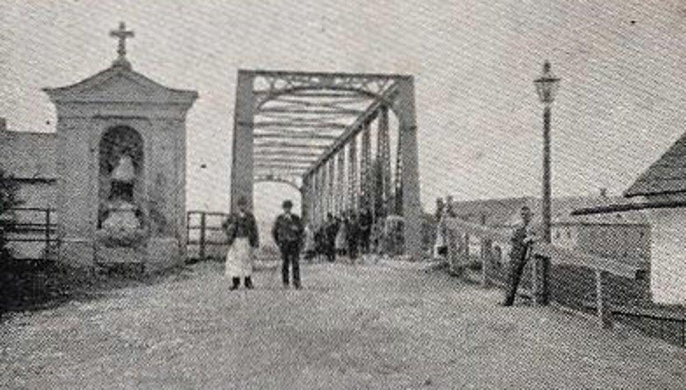 Most s kapličkou se sochou sv. Jana Nepomuckého v Dolní Vltavici (Unter-Wuldau) zhruba v roce 1906.