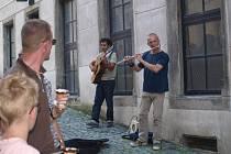 Zahrát a přivydělat si v ulicích Českého Krumlova zkouší rok od roku více muzikantů.