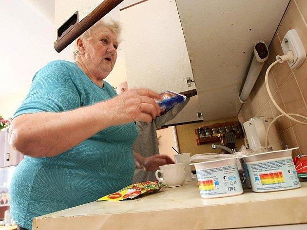 Pečovatelská služba zahrnuje například donášku jídla. V Českém Krumlově tuto službu využívá 168 lidí.