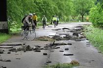 Budoucí cyklostezka je poškozená velkou vodou.