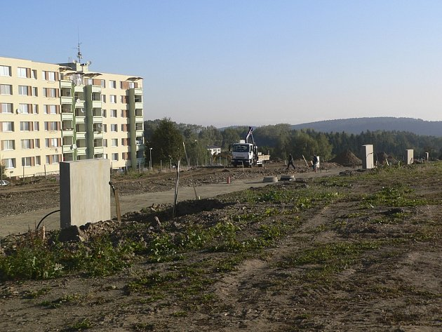 Na tomto místě vyroste nové sídliště s domy a domky.