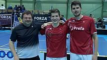Úspěšní českokrumlovští badmintonisté. Zprava Jaromír Janáček, Tomáš Švejda a trenér Radek Votava.