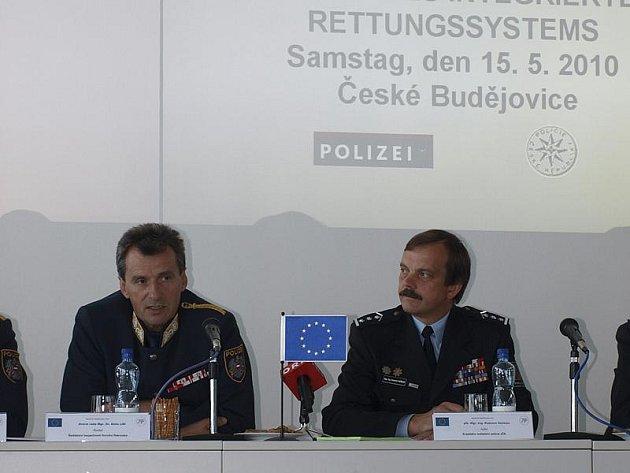 Ředitel jihočeské policie Radomír Heřman (vpravo) a ředitel bezpečnosti Horních Rakous Alois Lissl na včerejší tiskové konferenci, kde zástupci policie představili projekty vzájemné spolupráce bezpečnostních sborů v obou krajích.