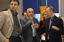 Jihočeský hejtman Jiří Zimola (vlevo), předseda českokrumlovské Hospodářské komory Otakar Veselý, Zdeňka Doleželová a Zdeněk Lovčík při včerejší návštěvě českokrumlovské průmyslové zóny. Firmy tu řeší podobné problémy.