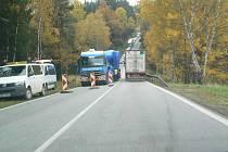 Nákladní auto uvíznuté v nažidelském kopci zdržovalo dopravu na E 55 několik hodin.