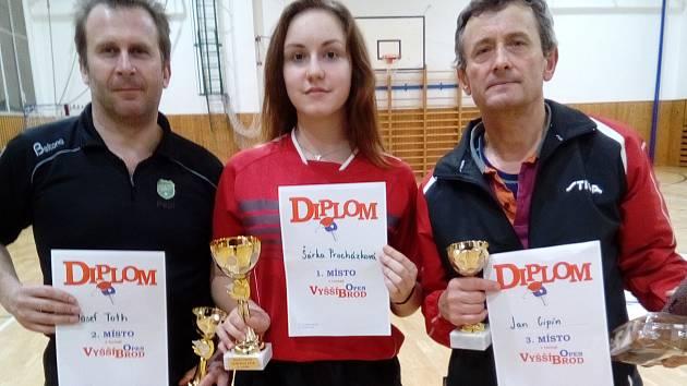 Medailisté vyšebrodkého novoročního turnaje – zleva: stříbrný Josef Toth, zlatá Šárka Procházková a bronzový Jan Cipín.