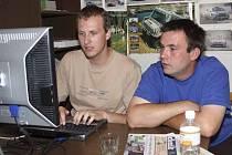 Pavel Stráský a Pavel Kacerovský (zprava) odpovídají on-line v redakci Českokrumlovského deníku na dotazy čtenářů.