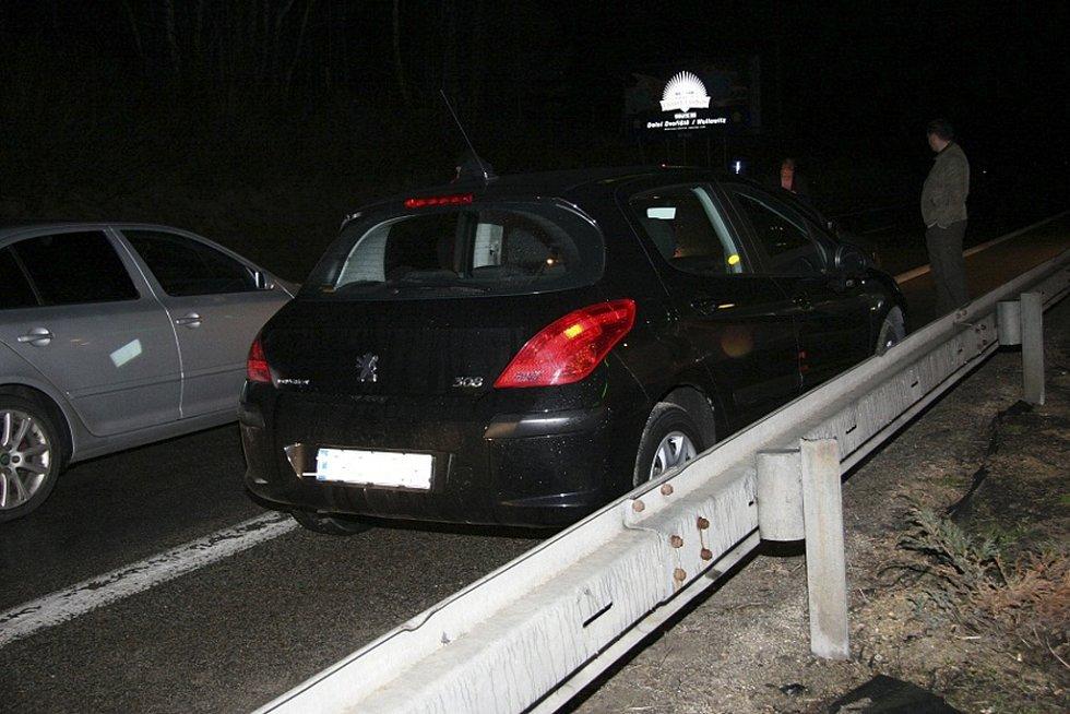 Nedaleko hranic bleskovou akcí policisté dvojici zadrželi.