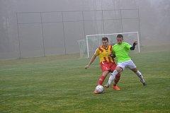 Skóre bitvy o lídra otevřel svým osmým gólem v sezoně malontský útočník Mykola Kravets (vpravo v souboji s chvalšinským Petrem Zwifelhoferem). Oba týmy se pak vystřídaly ve vedení, aby nakonec o vítězi rozhodly penalty.