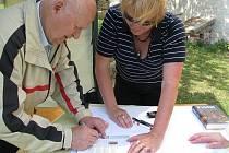 Josef Prokopec a Milena Nováková podepisovali a křtili svoji knihu během festivalu Kouzelný Krumlov.