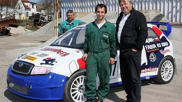 Josef Iro a Tomáš Kotek (zprava) budou v letošní sezoně pilotovat Škodu Fabii se zadní hnanou nápravou pod hlavičkou Czech National Teamu jak v evropském šampionátu, tak i tuzemském rallyecrossovém mistrovství. V pozadí týmový šéfmechanik Miroslav Čabaj.