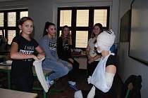 Den otevřených dveří na krumlovské zdrávce. Žákyně 9. tříd si pod dohledem středoškolaček vyzkoušely obvázat pacienta.