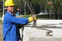 Od úterý se u Vltavy začnou pokládat panely, které by měly ochránit před těžkými nákladními automobily historickou dlažbu na příjezdu i výjezdu z řeky.
