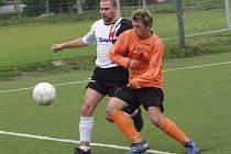 Hráčská mizérie v loučovickém táboře v minulé sezoně často měla za vinu, že hráči nastupovali o víkendu k zápasům prvního týmu i za rezervu (na snímku vpravo jeden z šestigólových střelců áčka Rudolf Karták).
