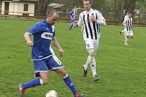 Před pěknou návštěvou se hrála zajímavá partie se šancemi na obou stranách (vlevo u míče velešínský kapitán Michal Opekar před dotírajícím Janem Smolenem).