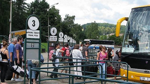 V těchto místech budou podle posledního projektu parkovat osobní automobily na placeném parkovišti pro veřejnost...
