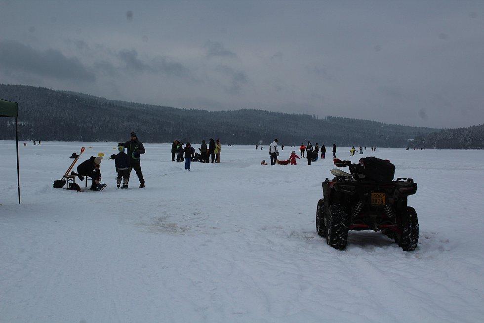Sobotní poledne na jezeře v Lipně nad Vltavou.