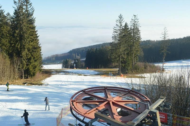 Na Kramolíně si v den zahájení zimní sezóny 2020/21 lyžaři užili sluníčko.