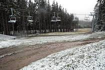Skiareál Lipno zažil v úterý první letošní sněhovou nadílku, která přišla nečekaně brzy. Po celý den se nad Lipenskem střídaly sněhové bouře.