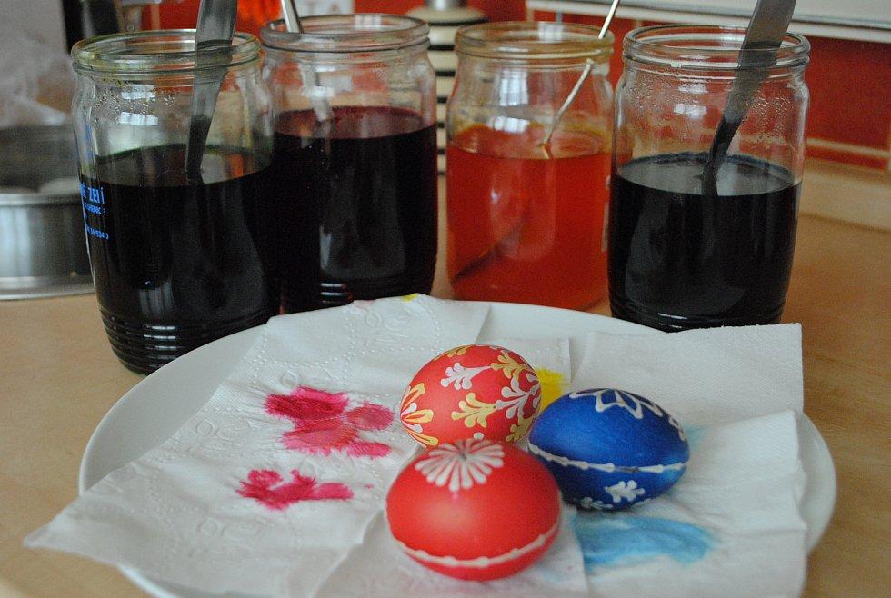Barvy dáváme do zavařovaček, do jedné sklenice dva sáčky stejné barvy a tři polévkové lžíce octa.