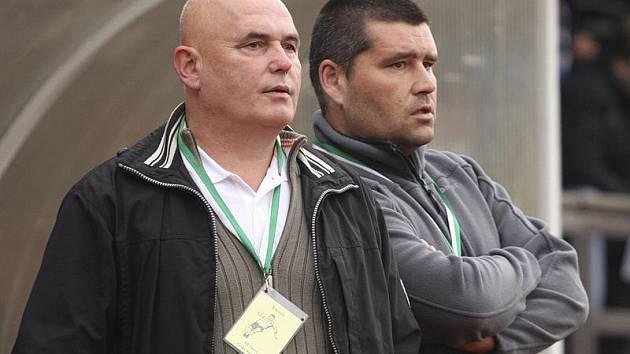 Trenérská dvojice krumlovského Slavoje - Lubomír Pintér a Zdeněk Šváb mladší (zleva) - má po nevydařeném podzimu jistě o čem přemýšlet.