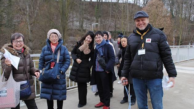 Krumlovský průvodce Oto Šrámek (na snímku s klienty z Japonska).