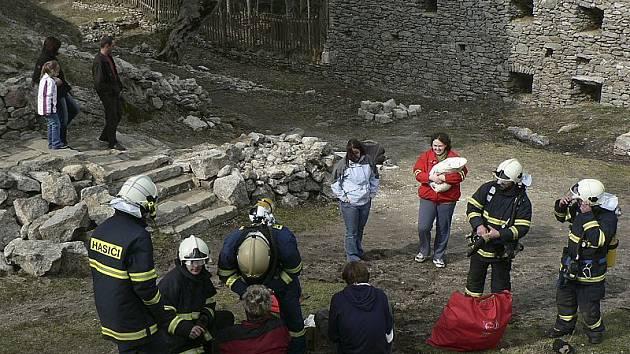 Vítkův hrádek nevyužívají jenom turisté. Někdy je tu možné  spatřit například frymburské dobrovolné hasiče  při cvičení a školení.