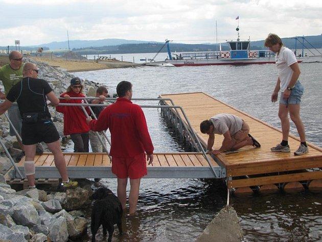 Vodní záchranáři při instalaci lávky na nové molo.