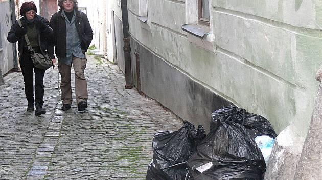 Volně odložené pytle s odpadky ležely včera v centru Českého Krumlova. Podobný obrázek bývá k vidění u velkoobjemových kontejnerů. Vedení města chystá změny.