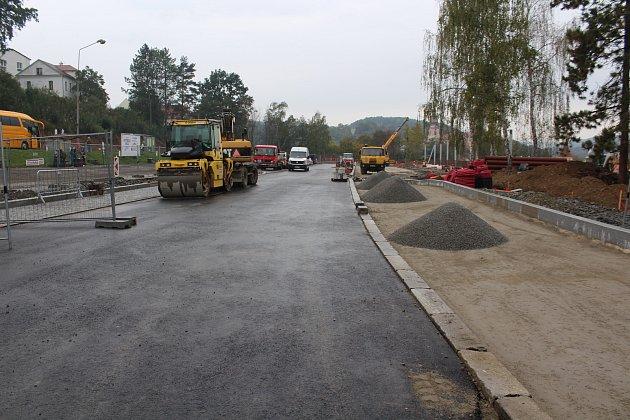 Firma STRABAG dokončuje krytý perón, do konce roku chce mít rekonstrukci nádraží hotovou.