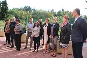 Ředitelka gymnázia Hana Bůžková představila pozvaným hostům nový unikátní systém spojený s meteostanicí.