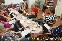 Česko zpívá koledy v Senior klubu ve Větřní.