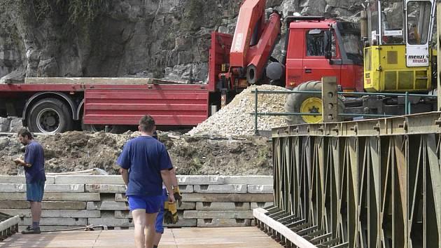 Pod skalním masivem se nyní staví provizorní most kvůli rekostrukci Porákova mostu.