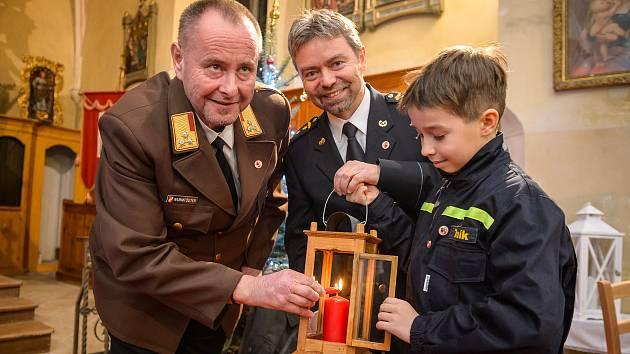 Předání Betlémského světla od hasičů z hornorakouského okresu Freistadt v kostele v Rožmitále na Šumavě.