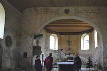 Kostel sv. Linharta v Pohorské Vsi, pohled z hlavní lodi do presbytáře.