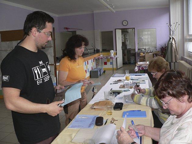 Volby v loučovické školní jídelně.