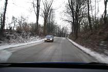 Ledový povrch silnice u obce Světlík 30. prosince ráno.