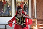 Jedna ze sboristek předvedla hru na tradiční čínský nástroj  erhu.