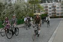 Ulicemi Krumlova projela spanilá jízda retro cyklistů