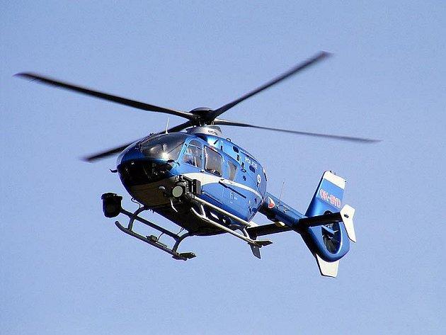 Na pomoc byl přivolán policejní vrtulník.