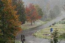 Sněhové vločky padají i na Pohorskou Ves (na snímku) a její okolí.