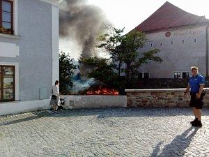 V Krumlově hořel domeček nad náhonem naproti Myší díře.