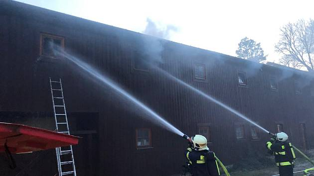 Požár o sobotní noci zachvátil podkroví penzionu Lesovna Žofín.