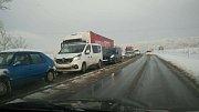 Cestu autem z Větřní do Českých Budějovic zdokumentovala Miroslava Husárová. Silnice jsou mokré, kolona ve směru České Budějovice  - Kaplice se zatím nerozjela.