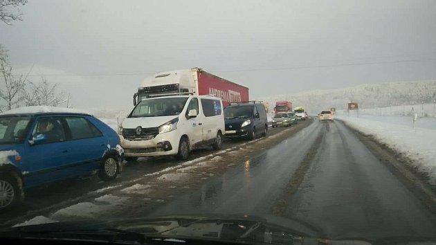 Cestu autem zVětřní do Českých Budějovic zdokumentovala Miroslava Husárová. Silnice jsou mokré, kolona ve směru České Budějovice  - Kaplice se zatím nerozjela.